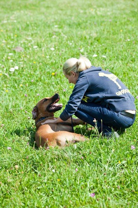 Trainerin mit Trainerhund
